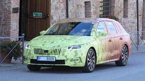 IS osallistui testiajoon, jossa autot olivat vahvasti teippien peitossa. Octavia-nimi otettiin Škodalla uudelleen käyttöön vuonna 1996, ja siitä alkoi nyt neljänteen sukupolveen siirtyvän mallin menestys. Kahdesta korimallista Combi eli farmari on paljon suositumpi. Se kattaa kaksi kolmasosaa myynnistä. Siksi Škoda paljasti Ilta-Sanomille nimenomaan farmarin ennen viisiovista mallia.