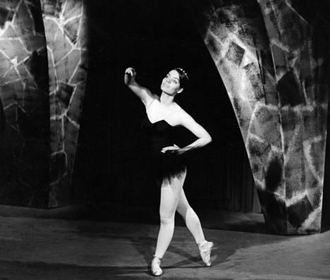 1970: Lena Meriläinen opiskeli tanssia ja esiintyi 16-vuotiaana TV2-kanavalla teoksessa Haltijattaren oppipoika.