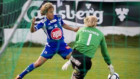 Teemu Pukki vauhdissa Hakaa vastaan juuri ennen Schalke-siirtoaan elokuussa 2011.