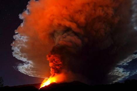 Purkauksen yhteydessä taivaalle kertyi valtava määrä savua ja tuhkaa.