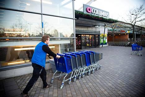 Nuori myyjä tunnetaan  hyvin kauppakeskuksesssa.