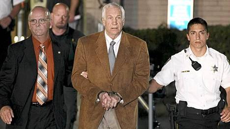 Jerry Sandusky vietiin oikeudesta käsiraudoissa tuomionluvun jälkeen.
