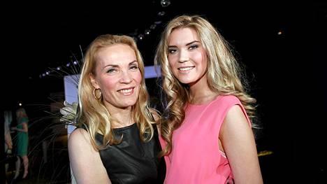 Vuoden 1985 Miss Suomi Marja Kinnunen onnitteli uudeksi Janina F -malliksi valittua tytärtään Bea Toivosta.