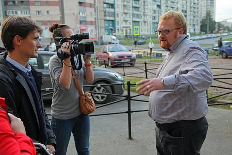 Vitali Milonov (oik) istuu nykyisin Venäjän kansanedustajana duumassa valtapuolue Yhtenäisen Venäjän riveissä.