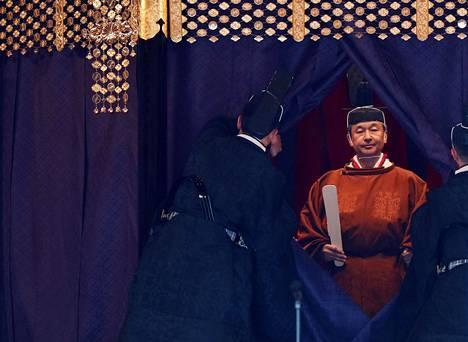 Keisari Naruhito kruunattiin tiistaiaamuna Suomen aikaa Tokiossa.