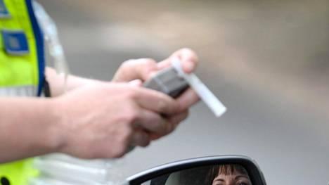 Esimerkiksi autolla ajavan rattijuopumusraja on tällä hetkellä 0,5 promillea eli 0,22 mg alkoholia litrassa uloshengitysilmaa. Rattijuopumuksesta rangaistaan sakolla tai enintään kuudella kuukaudella vankeutta.