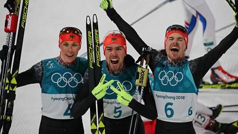 Saksan juhlaa! Eric Frenzel (kolmas), Johannes Rydzek (voittaja) ja Fabian Riessle (toinen) olivat kärkikolmikko.