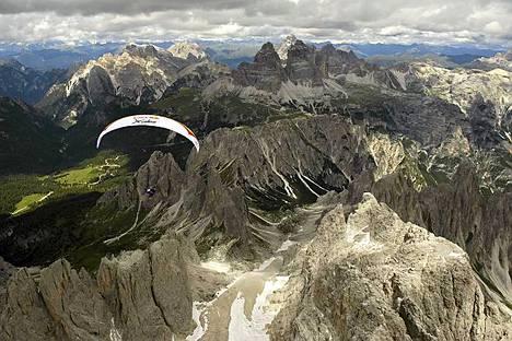 X-Alps-kilpailija liiteli Tre Cime -huipun kääntöpisteen tietämillä Italiassa.