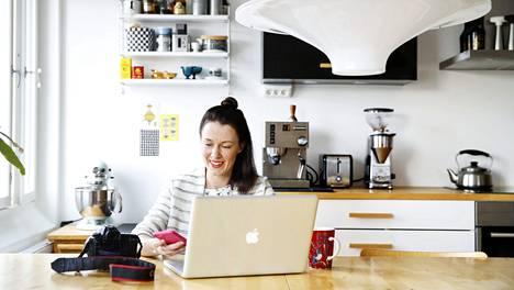 Ruokabloggaaja Jenni Häyrinen tekee töitä sekä kotona että toimistolla.