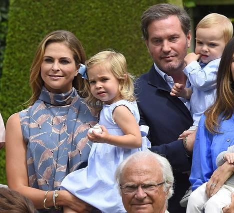 Madeleine ja Chris lapsineen viettävät kesää Ruotsissa. Perhe asuu Lontoossa, ja Madeleine on aiemmin kertonut tahtovansa näyttää Chrisille tänä kesänä enemmän Ruotsia.