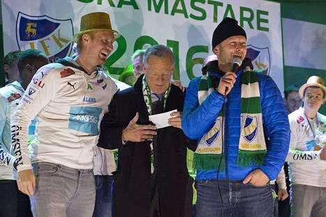 Kun IFK Mariehamn juhli suomenmestaruutta vuonna 2016, myös joukkueen pääsponsori Anders Wiklöf (kesk.) oli tietenkin paikalla.