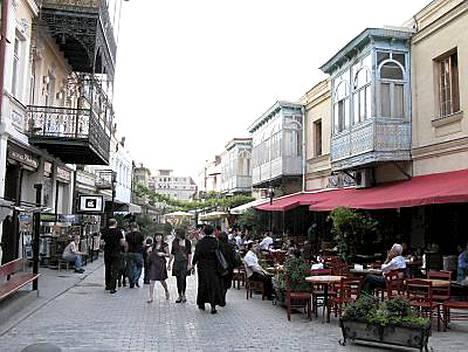 Tbilisin baarikaduilla on välimerellistä tunnelmaa.