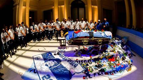 Argentiinan jalkapallomaajoukkueen pelaajat hiljentyivät Diego Maradonan arkun äärelle.