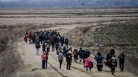 Afgaanipakolaisia käveli Turkissa Ipsalan alueella kohti Kreikan rajaa.
