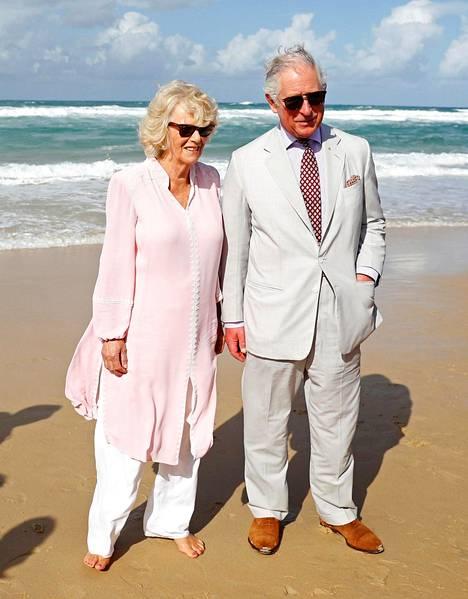 Kuningatar Elisabetin on arvioitu tehneen melkoisia myönnytyksiä, että antoi Charlesille luvan avioitua Camillan kanssa. –Vuosien ajan kuningatar ja kuningataräiti Elisabet eivät halunneet olla missään tekemisissä, saati edes samassa huoneessa, Charlesin rakastajattaren kanssa, Tom Bower väittää Rebel Prince -kirjassa.