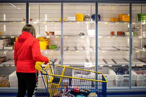 Koronakriisin alkuvaiheessa kaupoista hamstrattiin elintarvikkeita.