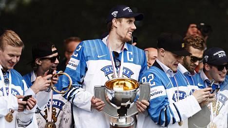 Sensaatiomaisesti MM-kultaan venyneen Leijonien tarinasta tehdään kirja.