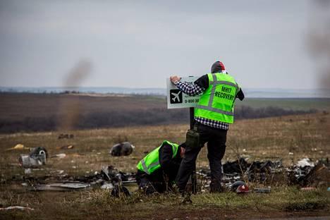 Hollantilaistutkijat turmapaikalla Ukrainassa marraskuussa 2014.