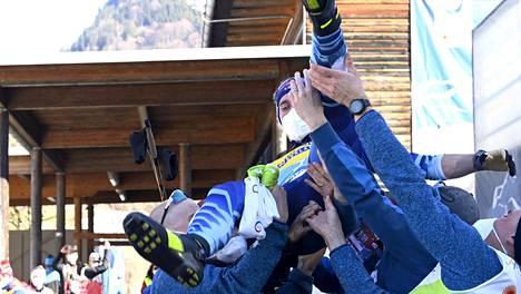 Miesten hiihtojoukkue onnitteli MM-pariviestissä hopealle hiihtäneitä Ristomatti Hakolaa ja Joni Mäkeä (ilmassa).