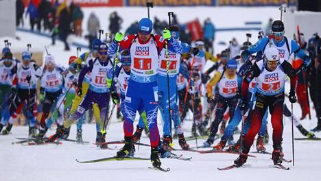 Venäjän sekaviestijoukkue kilpailee ampumahiihdon MM-kisoissa neutraalin lipun alla.