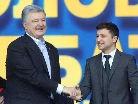 Petro Poroshenko (vas.) ja Volodymyr Zelensky vaaliväittelyssä lauantaina Kiovassa.