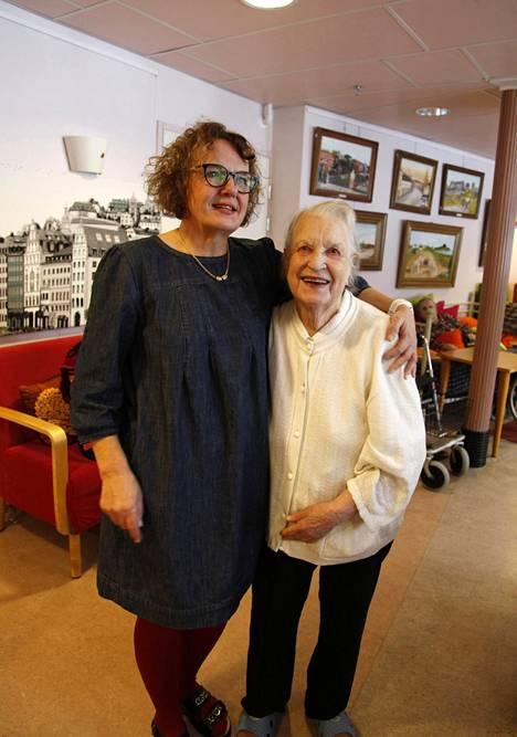 Auli Härkälä ei aio myydä Tupahoivaa, vaikka kyselijöitä on riittänyt. Terttu Sundberg, 89, tuli Tupahoivaan puoli vuotta sitten.