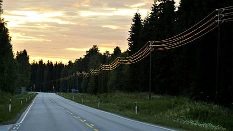 Maantie Itä-Suomessa illalla.