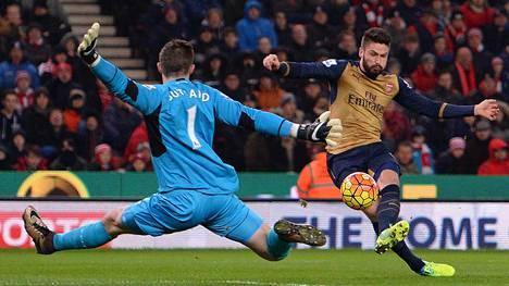 Stoken maalivahti Jack Butland torjui Arsenalin Olivier Giroud'n maalintekoyrityksen sähköisessä ottelussa.