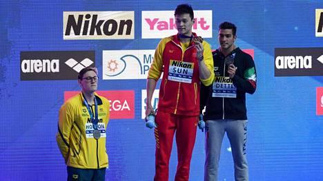 Mack Horton ei suostunut jakamaan palkintopallia Sun Yangin kanssa. Horton jäi seisomaan lattialle palkintokorokkeen viereen.