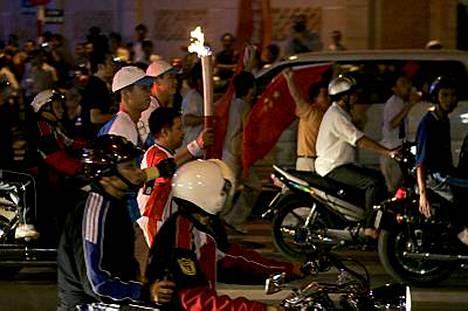 Soihdun kulkua turvaamaan oli komennettu runsaasti poliiseja, eikä reittiä paljastettu ennalta turvallisuussyistä.