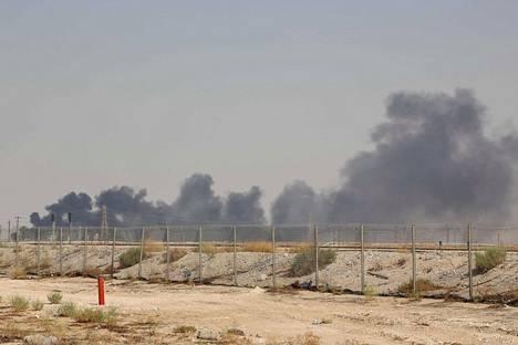 Jemenin huthi-kapinallisten lennokit tekivät pahaa jälkeä Saudi-Arabian öljynjalostamoissa lauantaina.
