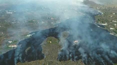 Laavavirta valui alas tulivuoren rinnettä kohti merta maanantaina.