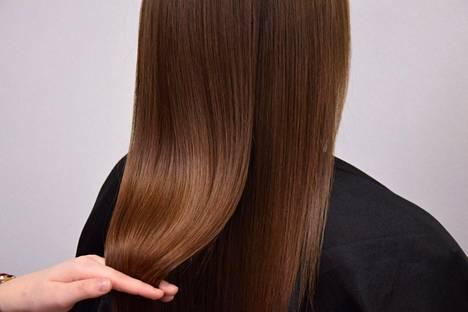 """""""Opiskeluaikoinani kokeilin useampaa hiustyyliä blondista sivusiiliin asti. Nykyään olen löytänyt oman tyylini, enkä ole enää vaihtanut sitä radikaalisti vuosiin"""", kuvailee Mari Lehtonen parturi-kampaamo Hiuksesta."""