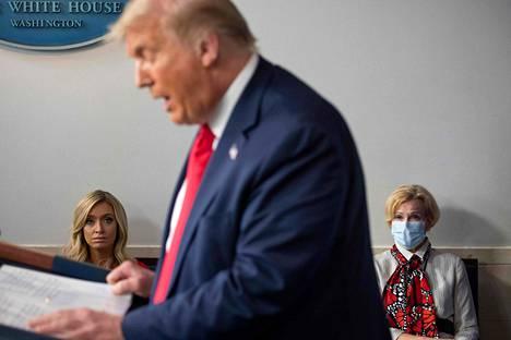 Deborah Birx kasvosuojain yllään presidentin oikealla puolella.