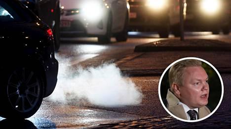 Hallitus aikoo puolittaa liikenteen päästöt vuoteen 2030 mennessä. Keskustan mukaan tarvittavat päästövähennykset saadaan aikaan mm. etätyön yleistymisellä, biopolttoaineiden jakeluvelvoitteen nostamisella sekä polttoaineveron korvaavalla kilometriperusteisella verolla. Pikkukuvassa keskustan eduskuntaryhmän puheenjohtaja Antti Kurvinen.