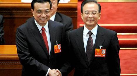 Kiinan uusi pääministeri Li Keqiang (vas.) ja edellinen pääministeri Wen Jiabao kättelivät, kun pestinhaltijan vaihtuminen oli selvää.