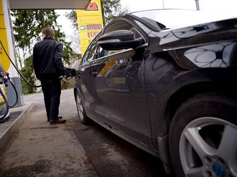 Bensiinin hinta ei ole laskenut samaa tahtia öljyn hinnan laskun kanssa.