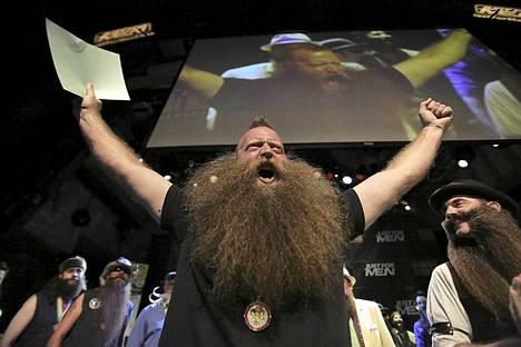 Voittajan tuuletus. Jeff Langum voitti parta- ja viiksimestaruuskilpailujen luonnollinen kokoparta -sarjan. Noin 200 osallistujaa kilpaili parta- ja viiksimestaruuksista 17 eri kategoriassa New Orleansissa Yhdysvalloissa järjestetyssä kilpailussa.