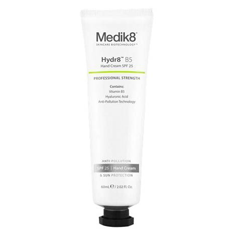 Käsille on nyt paljon omiakin suojakertoimellisia voiteita. Medik8-merkin käsivoide suojakertoimella 25 suojaa käsien ihoa ennenaikaista ikääntymistä aiheuttavilta ilmansaasteilta sekä vaurioittavilta UV-säteiltä. Käsivoide soveltuu kaikenikäiselle iholle. Hydr8 B5 Hand Cream 35 € / 60 ml.