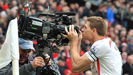 Valioliigalla ja televisiolla on tiivis suhde. Kuvassa Liverpoolin Steven Gerrard suutelee tv-kameraa kesken ottelun.