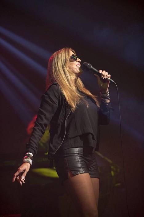 Laulaja esiintyi villisti nahkasortseihin sonnustautuneena.