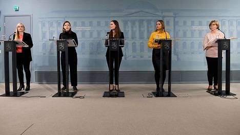 Hallituksen ministerit Maria Ohisalo, Li Andersson, Sanna Marin, Katri Kulmuni ja Anna-Maja Henriksson hallituksen koronatilannekatsauksessa maanantaina.