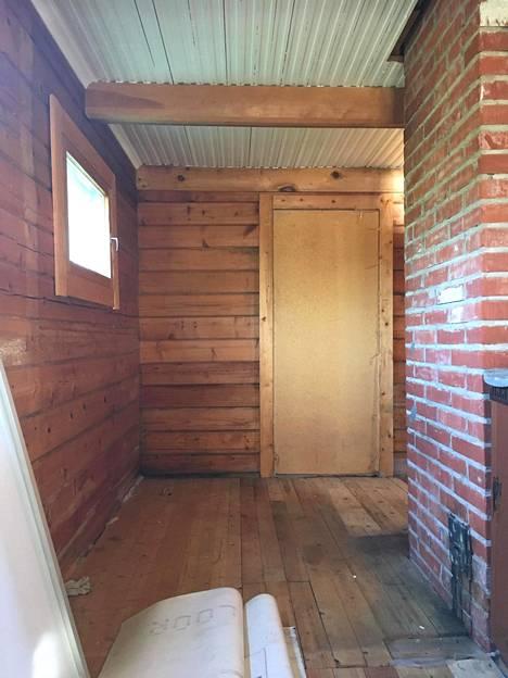 Remontin välivaiheen kuvassa tila on jo tyhjennetty vanhoista kalusteista ja katto maalattu.