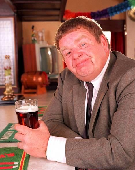 Geoffrey Hughes on suomalaisille tuttu toisesta ikisuosikista, Sydämen asialla -sarjasta.