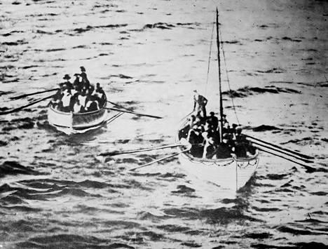 Titanicin pelastuslauttoja matkalla kohti Carpathia-alusta, jonne Titanicilta selvinneet pelastettiin.