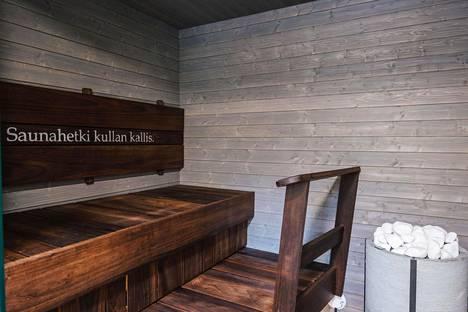 Keudan erillinen, pihalla olevan rakennuksen saunakokonaisuus on elämyksellinen. Pieni sauna on toimiva ja lauderatkaisu sallii vaivattoman siivouksen myös lauteiden alta.