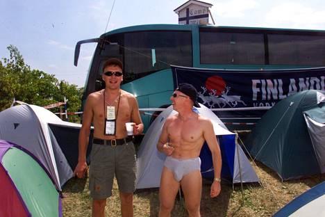 """Paikalla oli runsaasti muitakin bussimatkalaisia kaukaa. Tässä kuva """"Camp Mikasta"""" radan ulkopuolelta."""