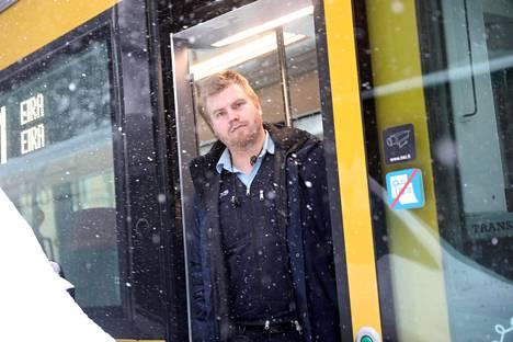 Raitiovaununkuljettaja Jarmo Nyberg joutui pysähtymään Tehtaankadulla. Paikalle hälytettiin Helsingin liikennelaitoksen kikkamiehet.