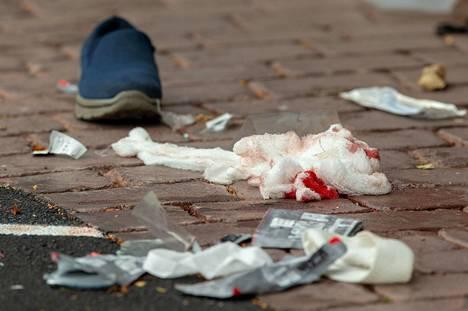 Jalkakäytävällä näkyi hirvittävästä veriteosta kertovia jälkiä.