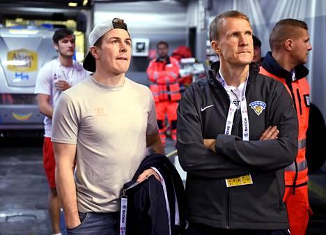Mika Kortelainen (oik.) toimi Leijonien joukkueenjohtajana. Kuvassa myös Kristian Kuusela.